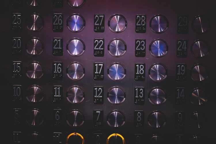 Qué debo saber si me quedo encerrado en el ascensor
