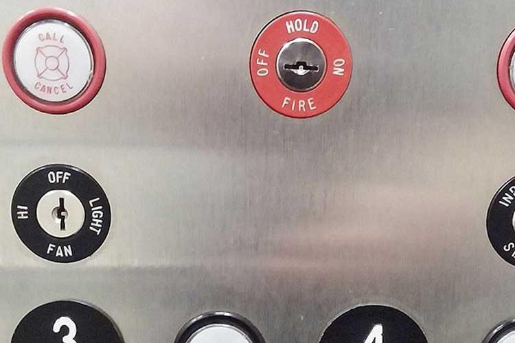 Qué hacer si el ascensor se para